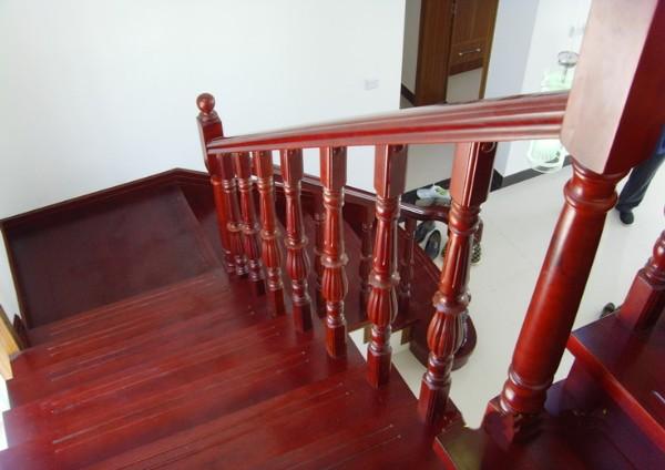 从材料上分,主要有木结构楼梯,钢架楼梯,混凝土浇筑楼梯等;从价格上来